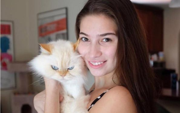 Olivia Nova Saat Bermain Dengan Kucing Kesayangannya