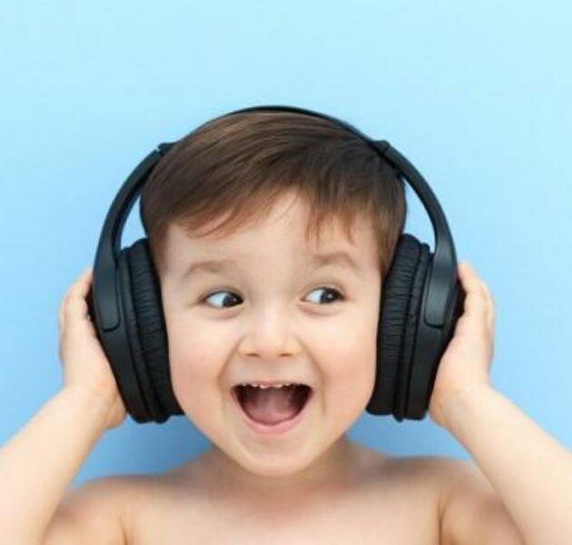 Mendengarkan Lagu Favorit